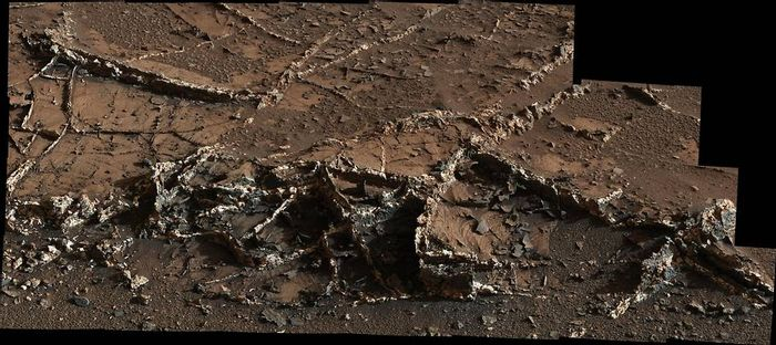 Curiosity rover finds interesting mineral crusts on the surface of Mars
