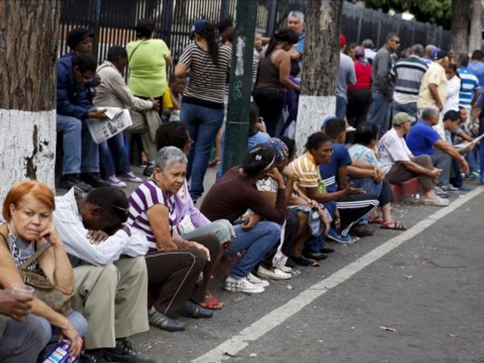 The queue to buy staple items outside a state-run Bicentenario supermarket in Caracas, August 4, 2015