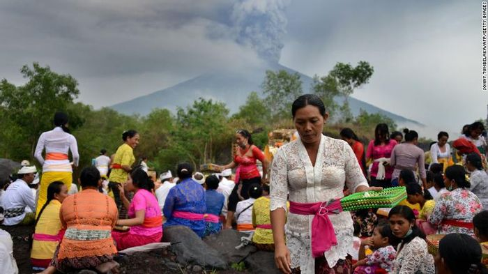 Balinese Hindus pray near Mount Agung. Source: CNN