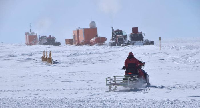 Little Dome C, the drilling spot chosen by the research team, is several hours by snowmobile from Concordia Research Station. Photo: Social Up