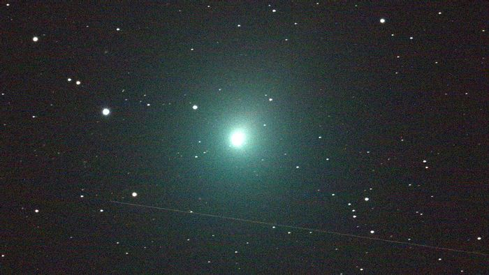A 120-second image of Comet Wirtanen taken with a powerful telescope.