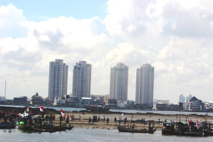 Fishermen attempt to shut down Islet G, an artificial island at the center of the controversy related to the Jakarta Bay land reclamation project. Photo by Sapariah Saturi.