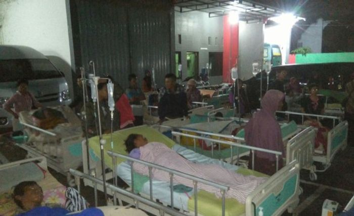 Patients had to be evacuated outside a hospital in Banyumas.. Photo: Agus Fitrah